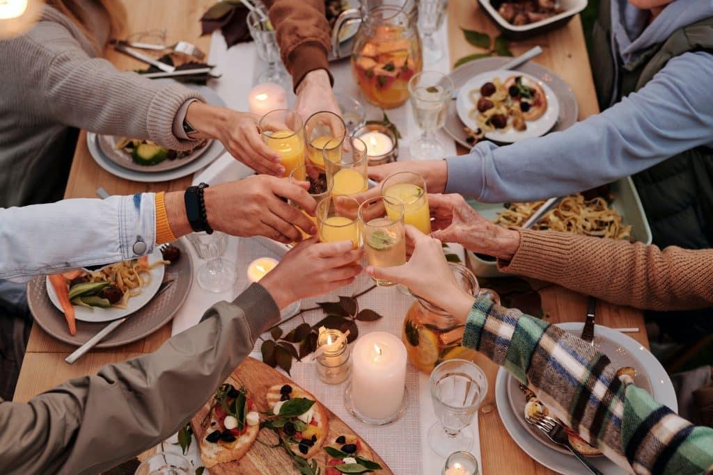 Família reunida almoçando