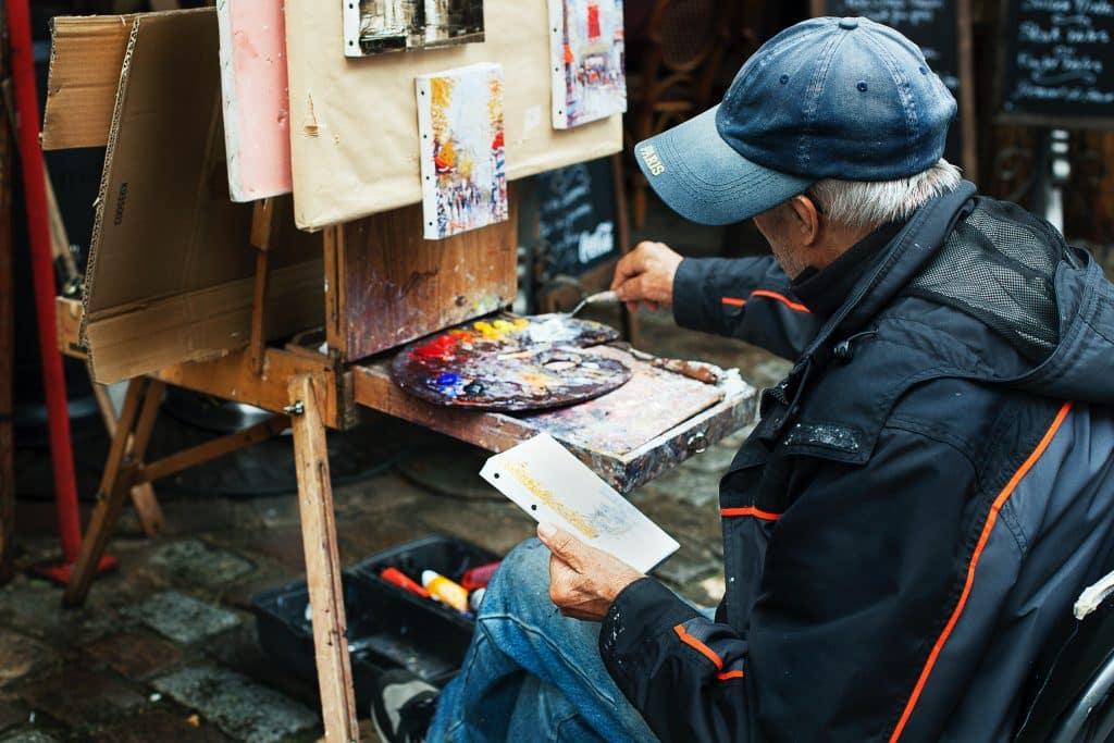Senhor pintando uma tela