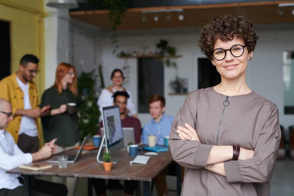 Mulher liderando um projeto de negócios
