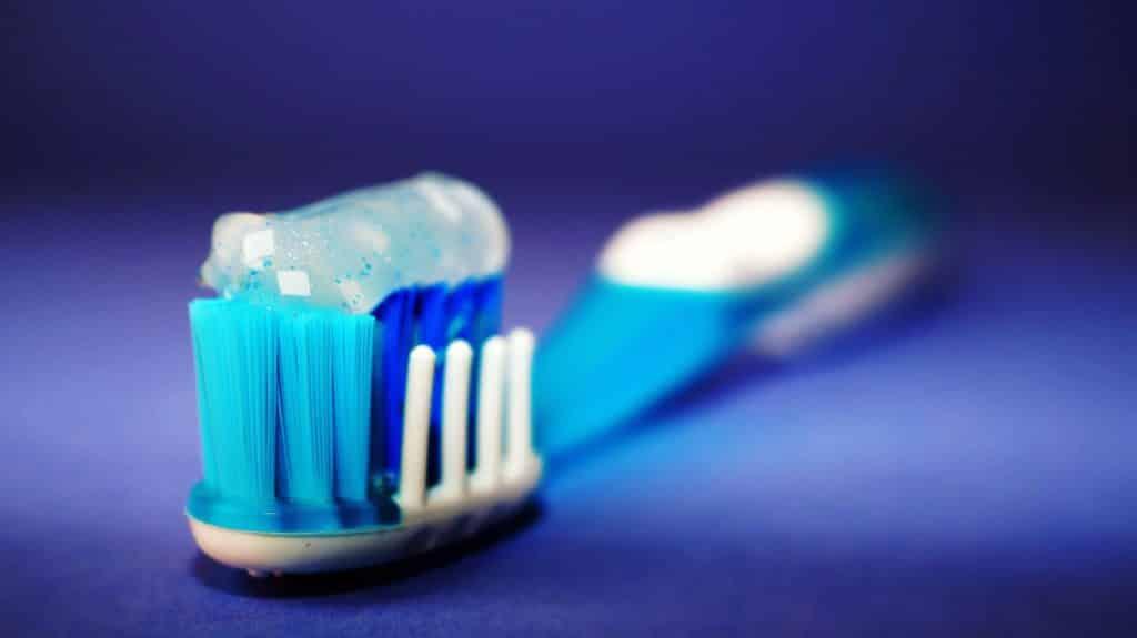 Escova de dente com pasta de dente