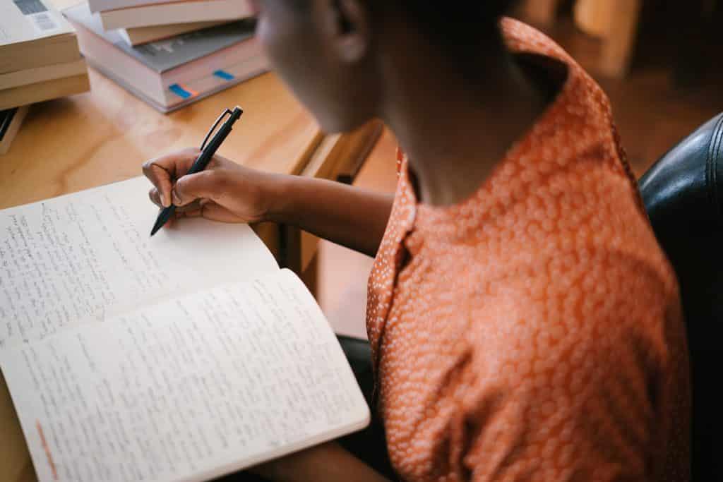 Mulheres escrevendo em um caderno
