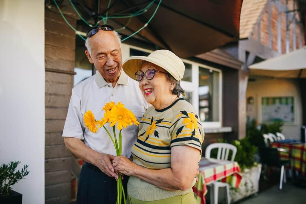 Um casal de idosos aproveitando o presente juntos
