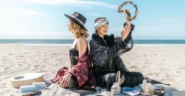 Mulheres com cristais na praia.