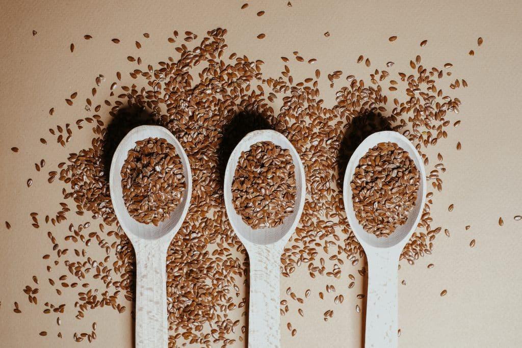 Três colheres com semente de linhaça