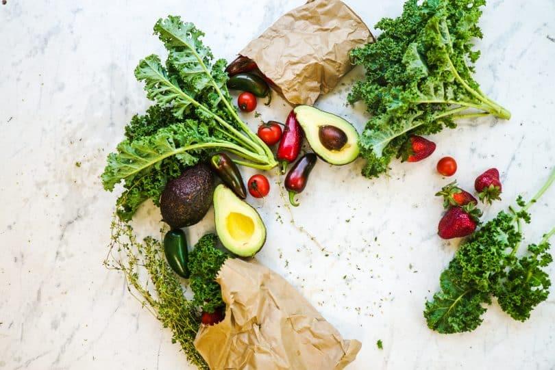 Frutas e legumes em cima de uma mesa