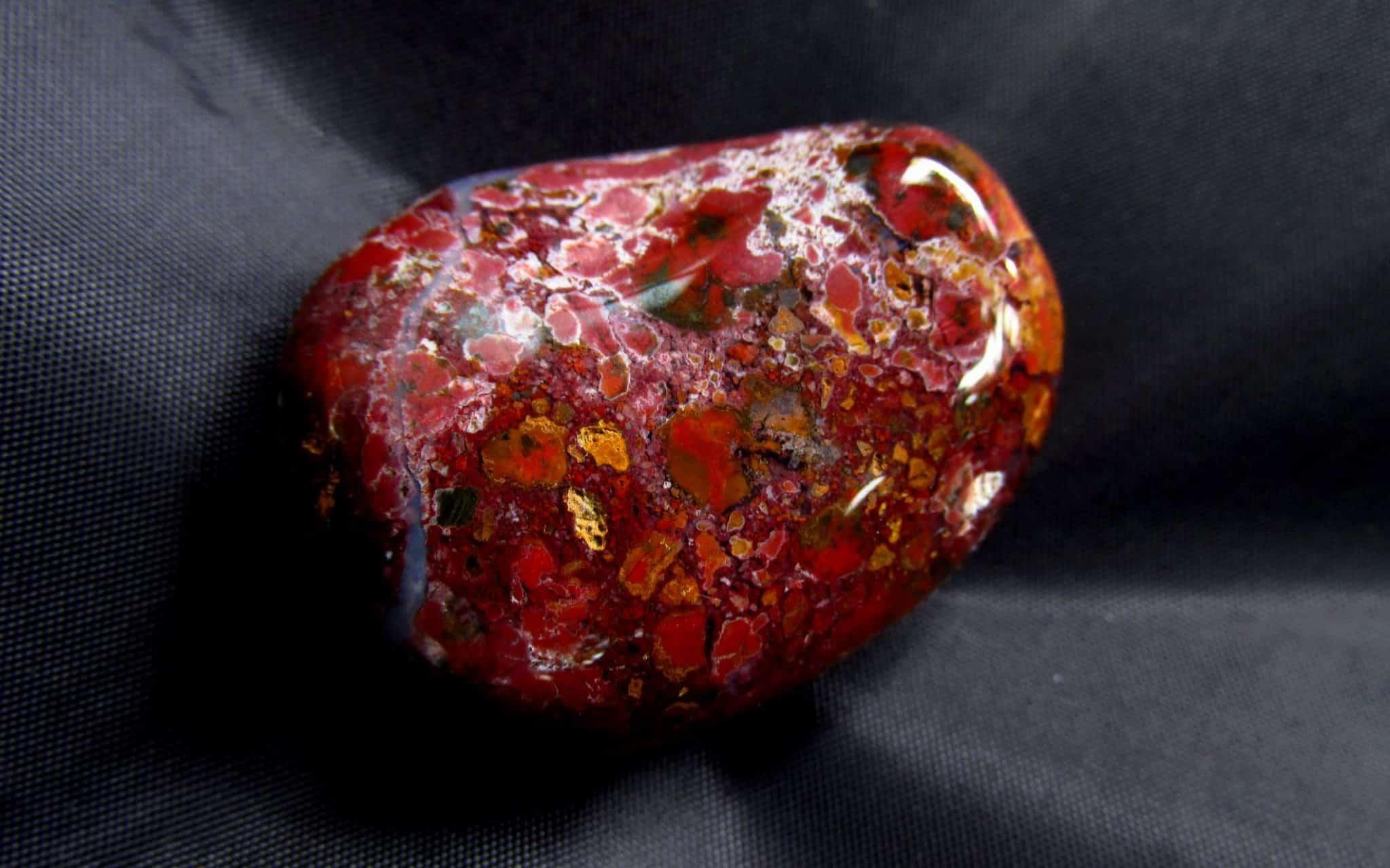 Gema de jaspe vermelha com esporos coloridos.