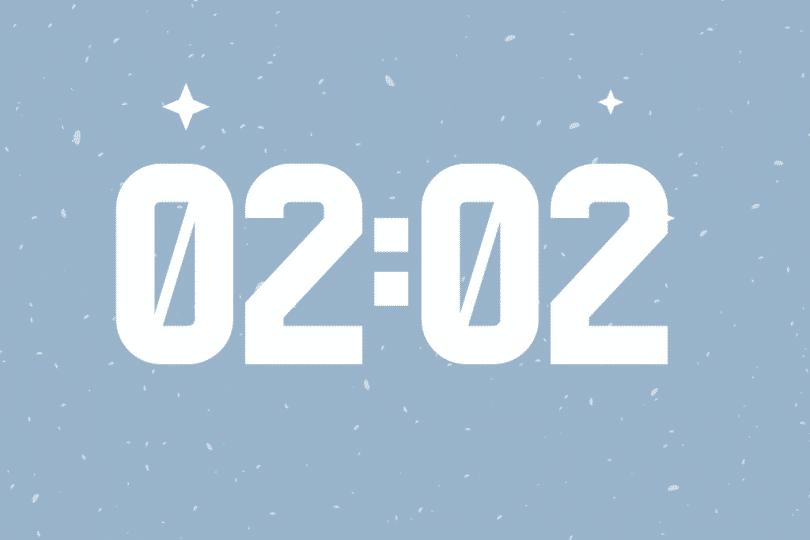 Número 02:02 escrito em um fundo azul.