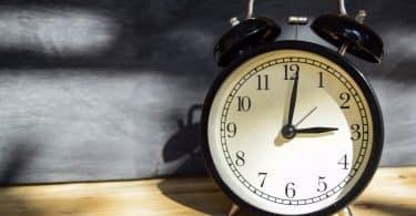 Relógio marcando três horas da manhã.