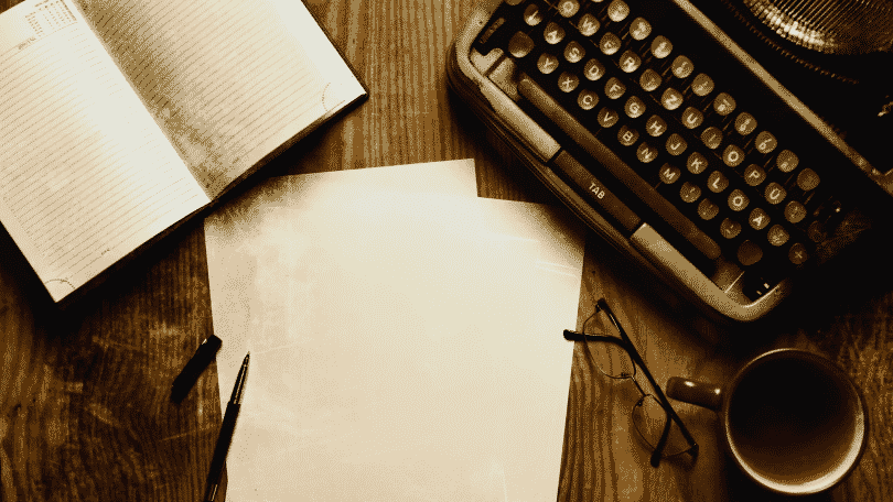 Mesa com papéis e maquina de datilografia