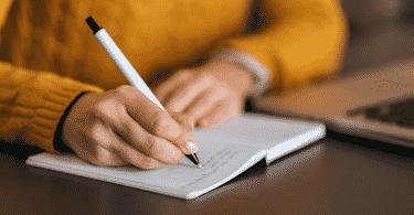 mulher escrevendo em diário