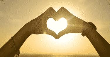 Pessoa fazendo coração com as mãos