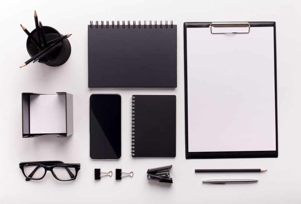 Objetos de escritório minimamente organizados