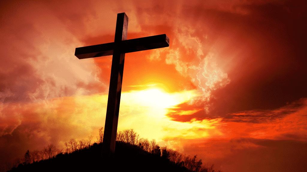 Silhueta de cruz de braços abertos durante o por do sol