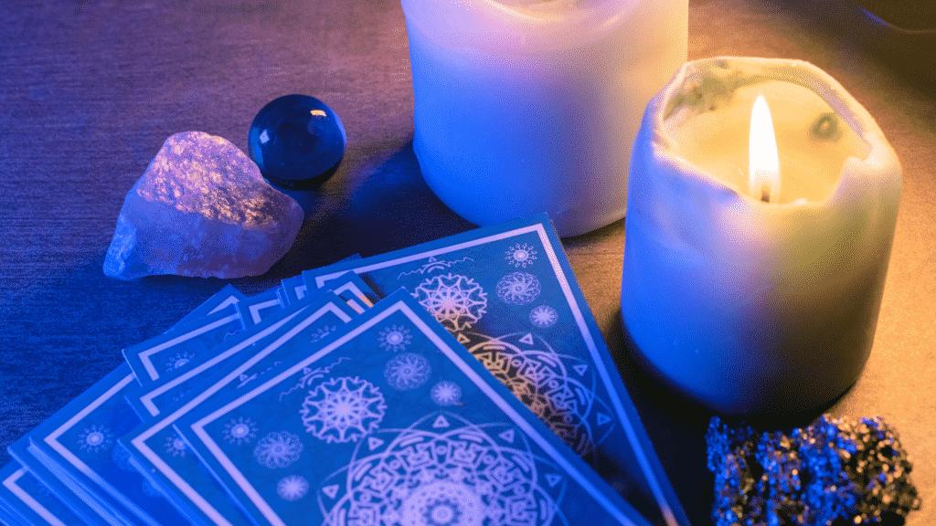 Cartas de Tarot espalhadas ao lado de velas acesas