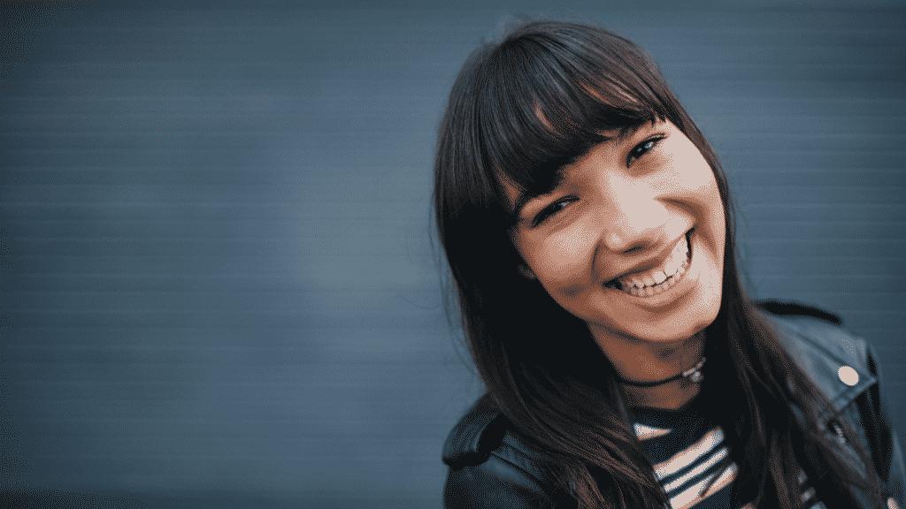 Mulher de franja sorridente