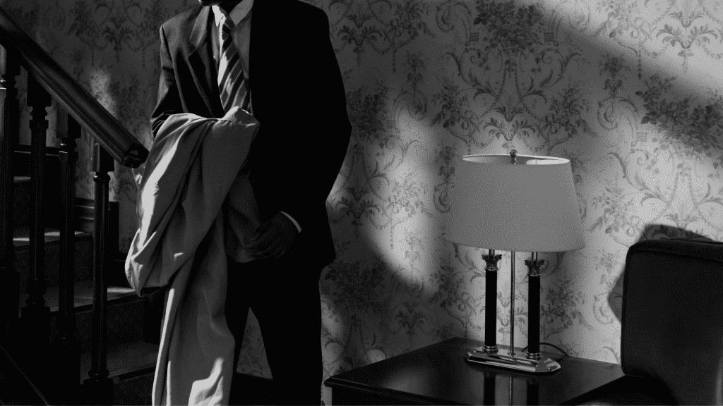 Homem de terno sozinho em casa