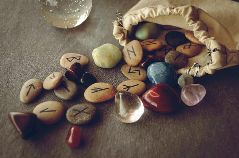 Pedras com runas desenhadas.