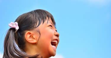 Menina asiática sorrindo.