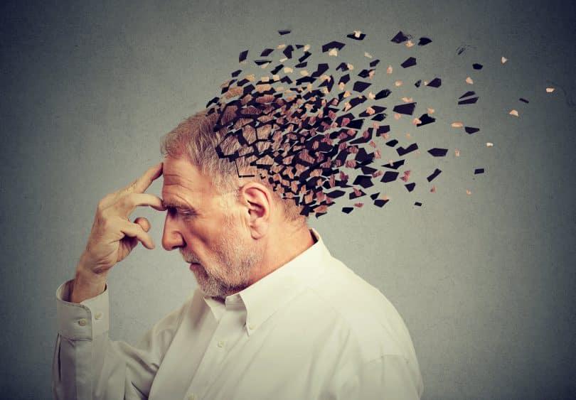 homem perdendo partes da cabeça como símbolo do resgate da memória