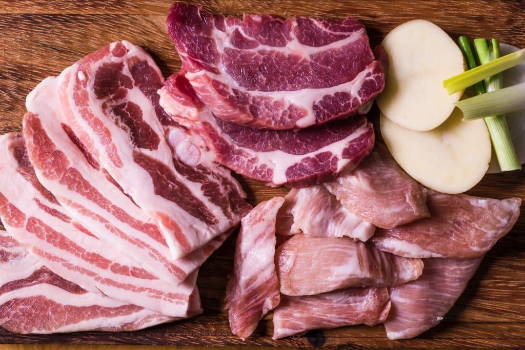 Carne vermelha em uma tábua.
