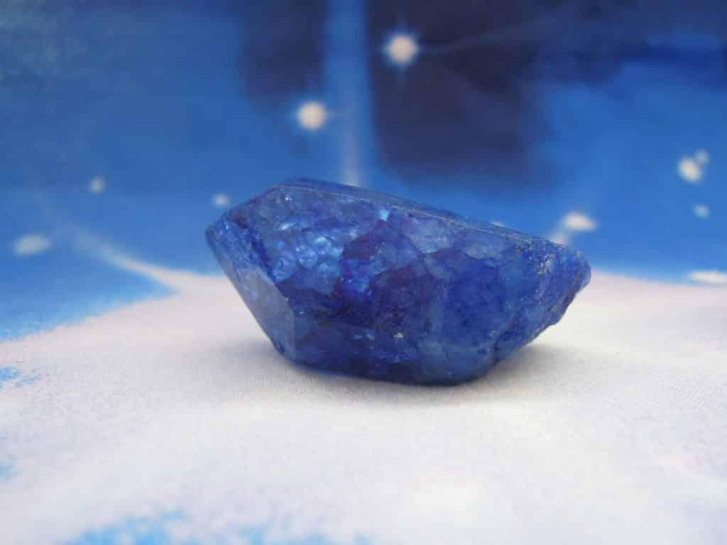 Uma pedra de quartzo azul modelada