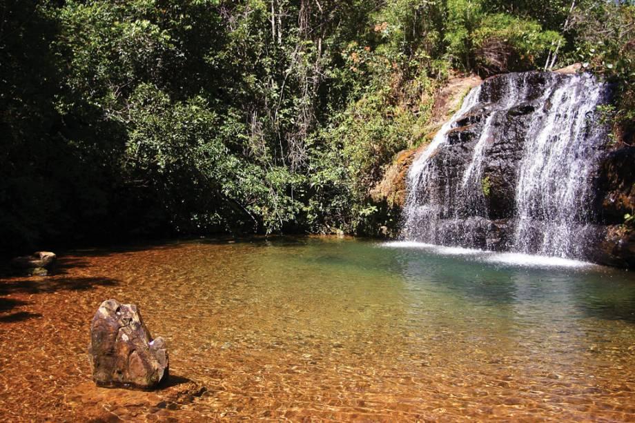 Parque Estadual da Serra de Caldas: uma pequena cachoeira com águas rasas, muita folhagem e árvores à esquerda.