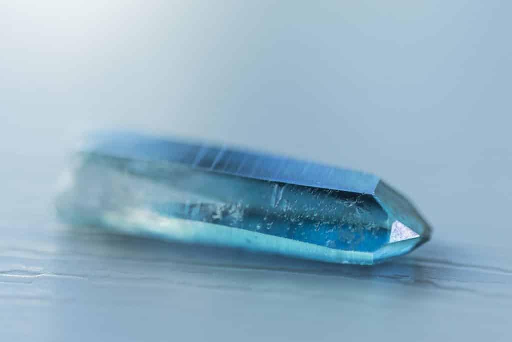 Um pedaço pontiagudo e delineado de quartzo azul