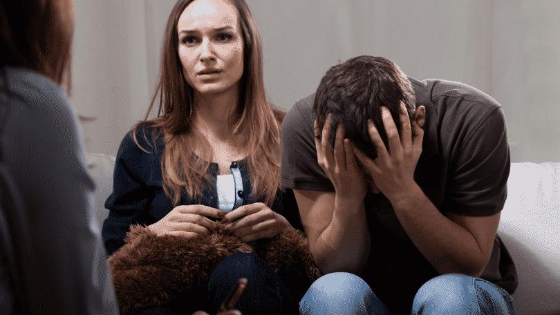 Casal em crise durante terapia familiar