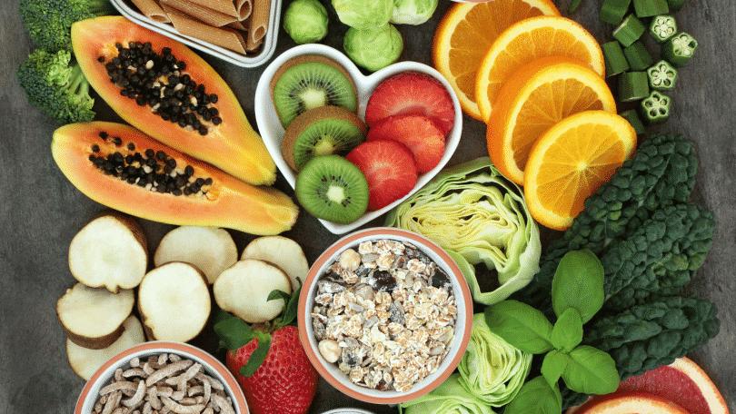 Mesa repleta de alimentos naturais e frutas