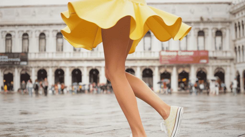 Parte de baixo de um vestido rodado amarelo em evidência
