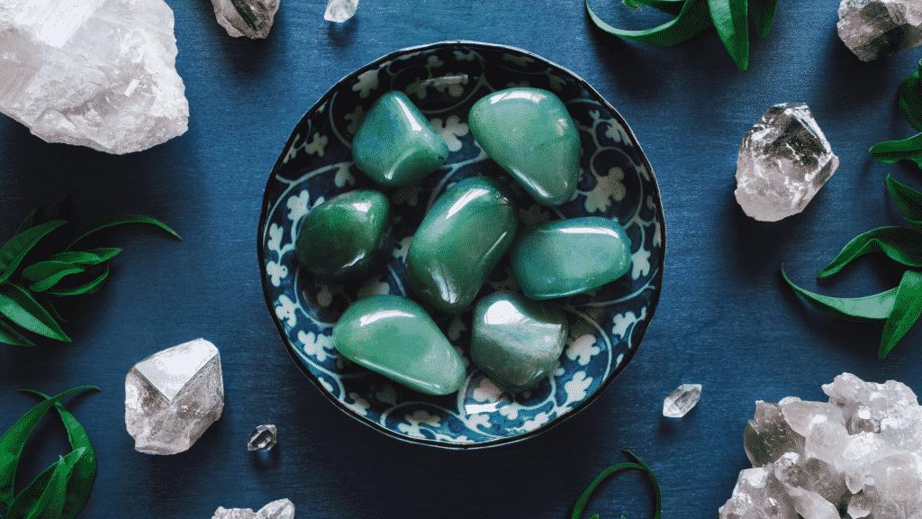 Recipiente contendo quartzos verdes sobre uma mesa