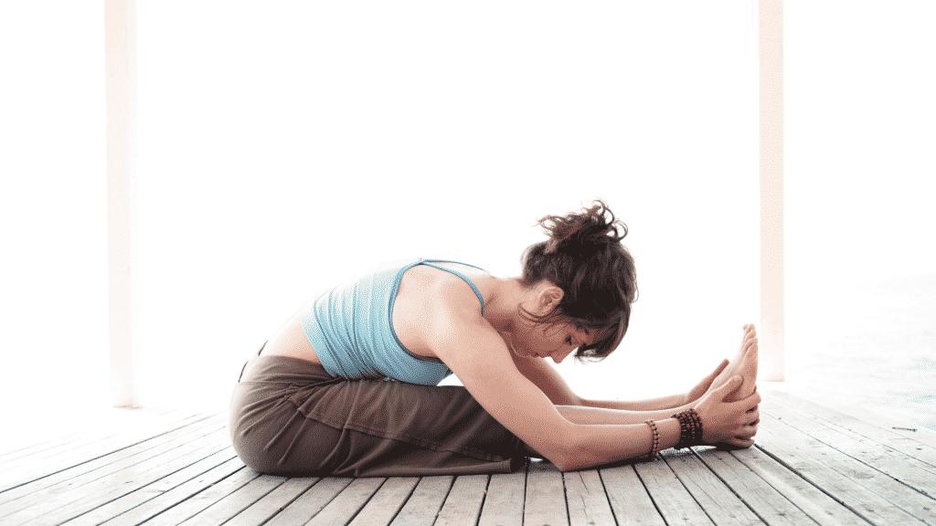 Mulher praticando a postura da pinça