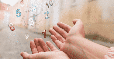 Mãos abertas e diversos números desenhados próximo à palma