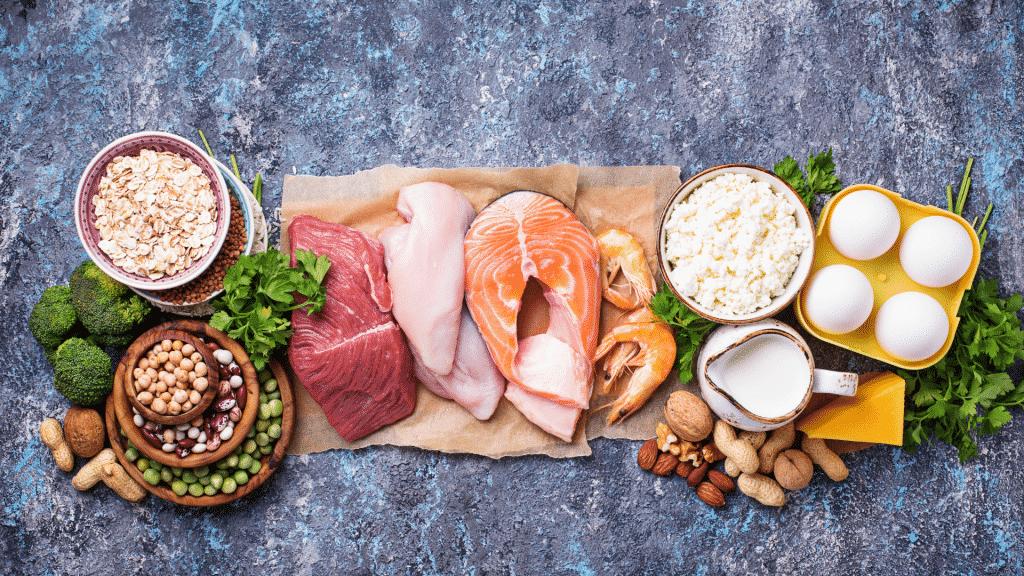 Imagem com diversos alimentos ricos em proteína