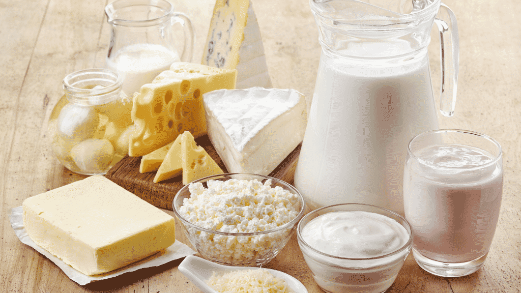 Diversos alimentos derivados do leite em uma mesa de madeira