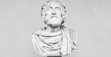 Busto de coloração cinza do filósofo Platão