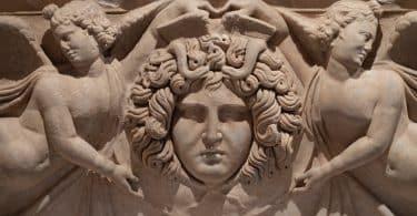 Uma representação artística escultural da Medusa.