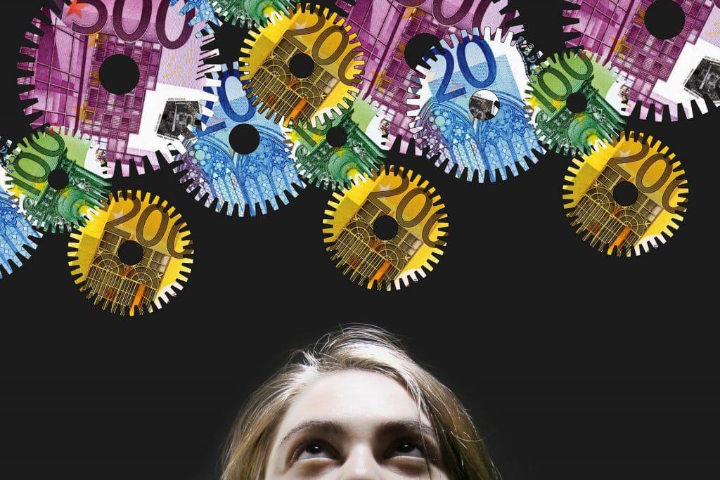 Uma pessoa olhando pra cima. Acima dela, ilustrações de engrenagens, cada uma com valores monetários distintos. 200, 20 e 500, por exemplo.