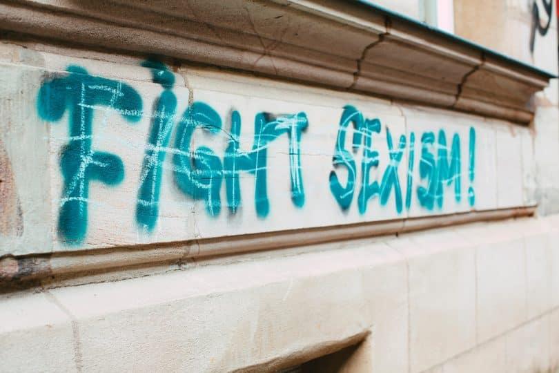 Uma parede grafada com os dizeres fight sexism!