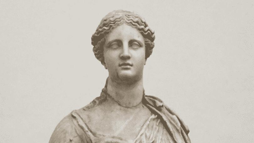 Estátua da deusa grega Deméter.