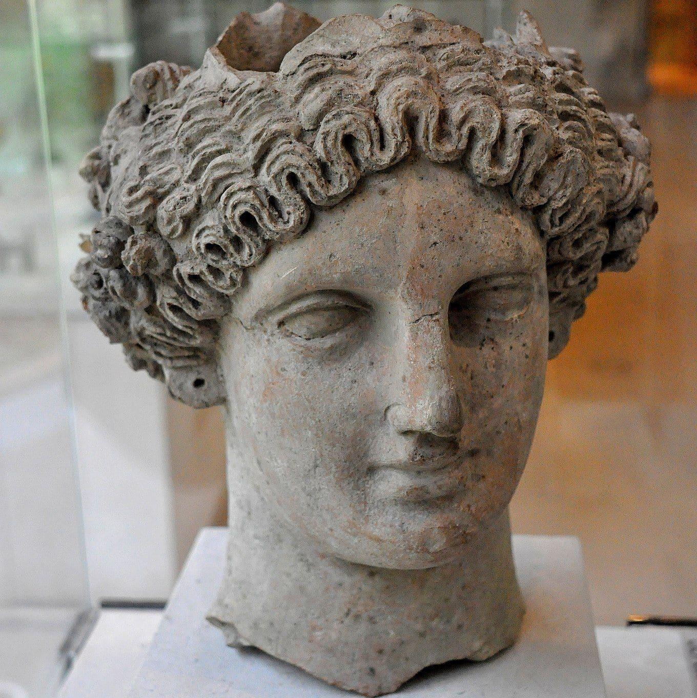 Uma escultura retratando a cabeça de Perséfone.
