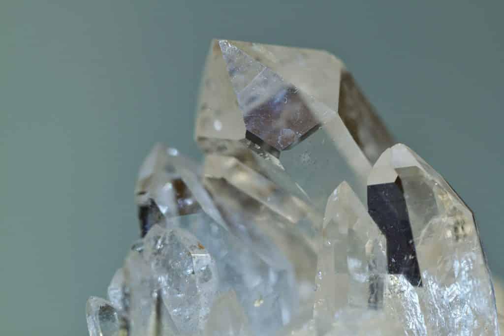 Fragmentos e pedaços pontudos de quartzo transparente.