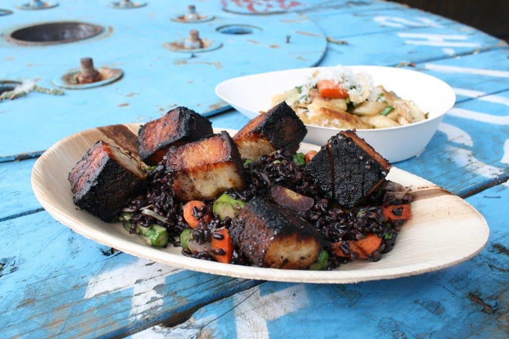 Um prato de churrasco com carne bem passada ou quase queimada.