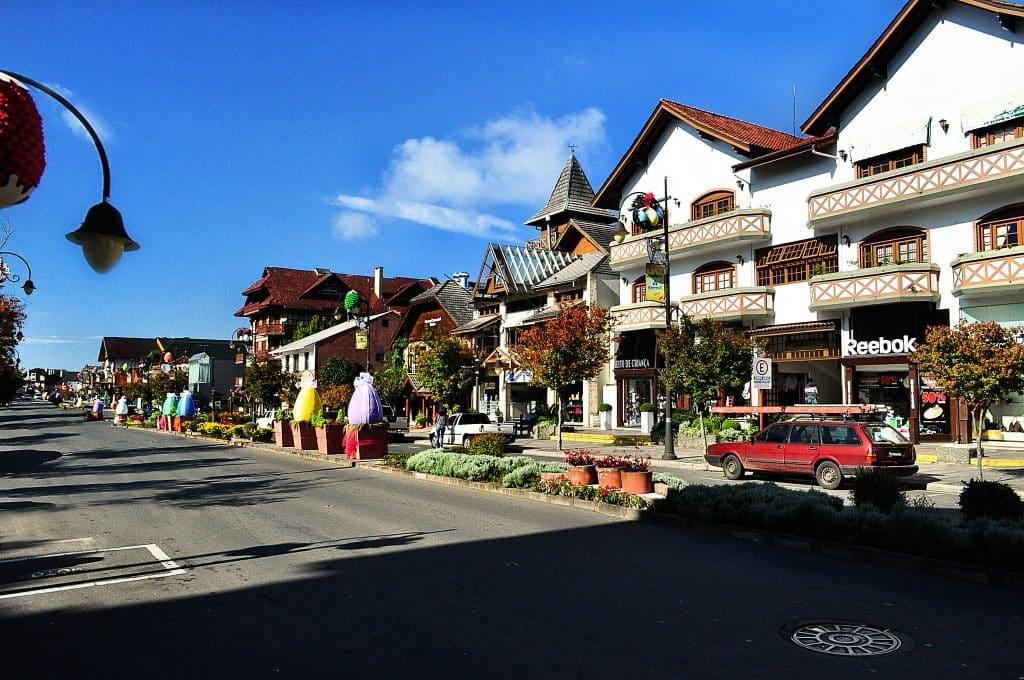 Uma rua com casas, estabelecimentos e construções de arquitetura típica germânica