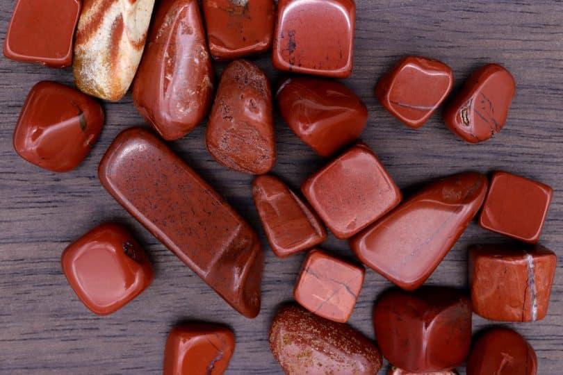 Pedras, fragmentos e gemas de jaspe vermelha.