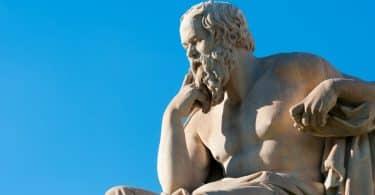 Uma estátua do filósofo grego-antigo Sócrates.