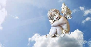 Uma escultura de um anjo dormindo numa nuvem.