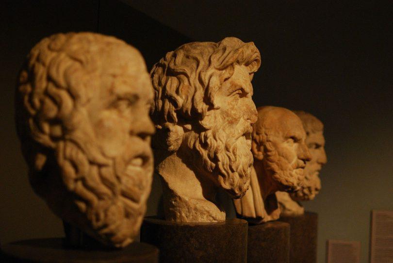 Bustos de filósofos. O segundo, destacado, o de Aristóteles.