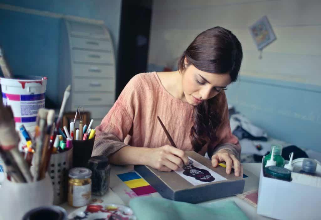 Mulher pintando em seu escritório