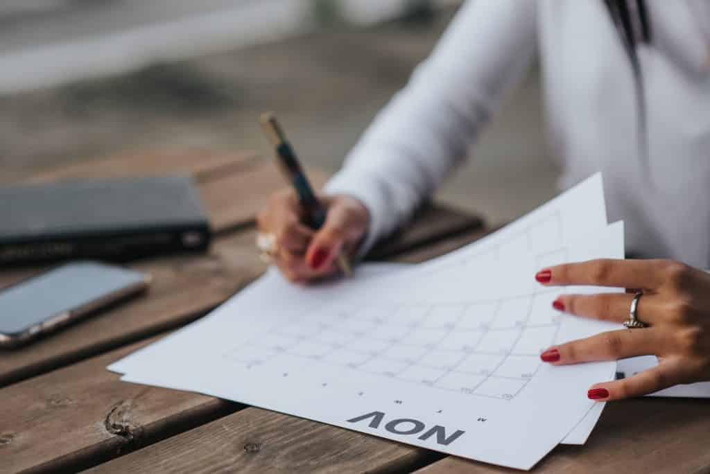 Uma mulher preenchendo um calendário
